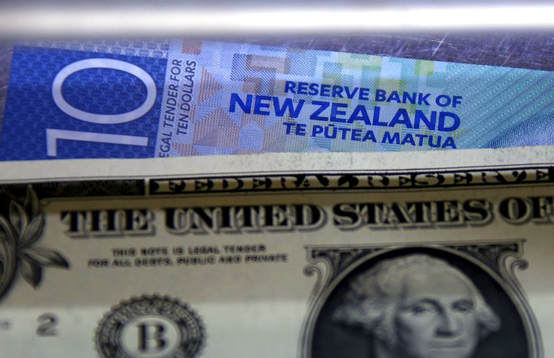 Американский и новозеландский доллары в Сиднее, Австралия 10 марта 2016 года. Резервный банк Новой Зеландии неожиданно снизил процентную ставку до рекордного минимума в 2,25 процента в четверг, что привело к падению валюты страны и вызвало разговоры о глобальной валютной войне, поскольку страны стремятся поддержать свою экономику на фоне замедления мирового экономического роста. REUTERS/David Gray