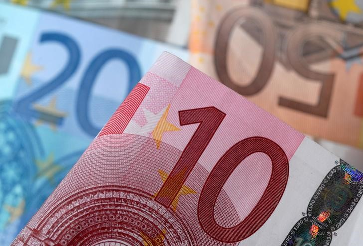 FILE PHOTO: A picture illustration of Euro banknotes, April 25, 2014. REUTERS/Dado Ruvic/Illustration/File Photo
